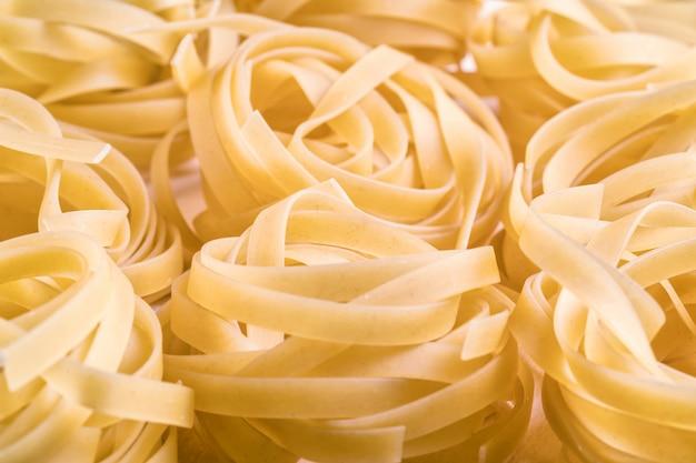 Rauwe ongekookte pasta. macrofotografie. selectieve aandacht.