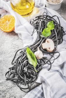 Rauwe ongekookte zwarte inktvis inkt spaghetti pasta met ingrediënten