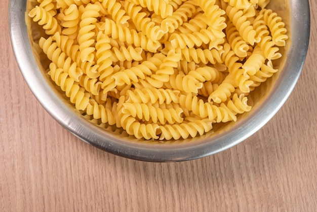 Rauwe pasta in kom - macrodetail