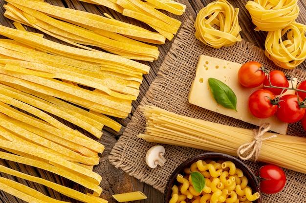 Rauwe pasta mix met tomaten en harde kaas