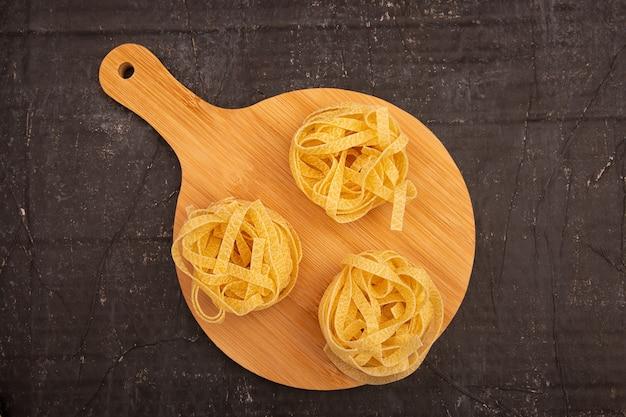 Rauwe pasta op een houten snijplank