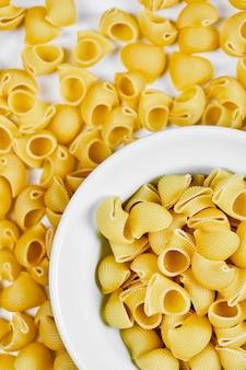 Rauwe pasta op wit