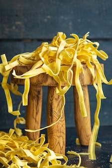 Rauwe pasta thuis koken tagliatelle handgemaakte durumtarwe verse maaltijd snack op tafel kopieer ruimte