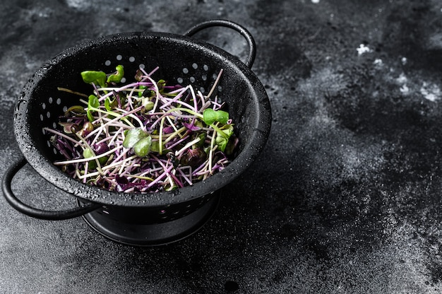 Rauwe radijs tuinkers spruiten in een vergiet