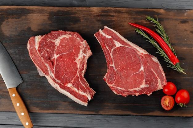 Rauwe rib eye steak op bruin houten bord