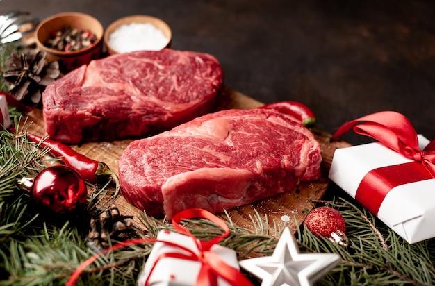 Rauwe ribeye-biefstuk om voor kerstmis te koken