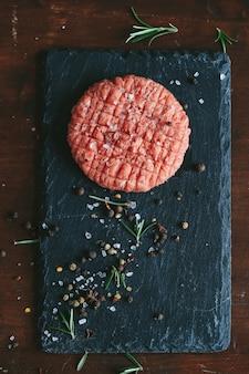 Rauwe runderburgerpasteitjes met kruiden en specerijen