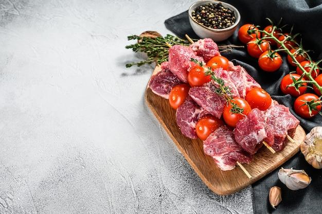 Rauwe rundvlees kebab op snijplank.