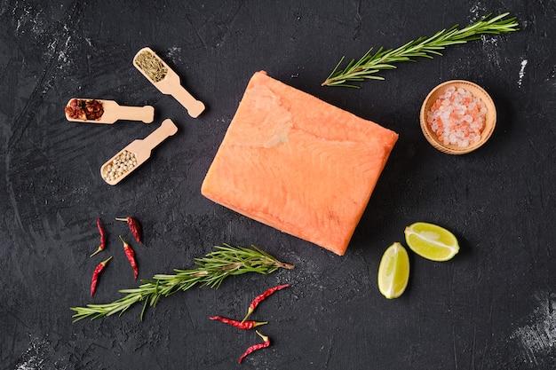 Rauwe stukjes zalm geperst in briket met specerijen en kruiden