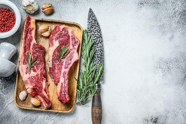 Rauwe stukken van marmer rundvlees met het bot