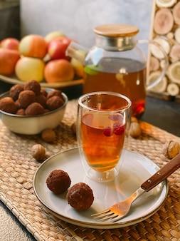 Rauwe truffelsnoepjes op een bord met thee