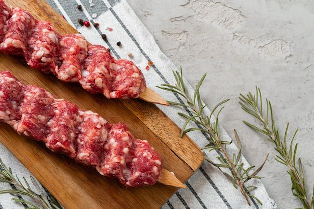 Rauwe turkse traditionele vlees kebab op tafel. detailopname.