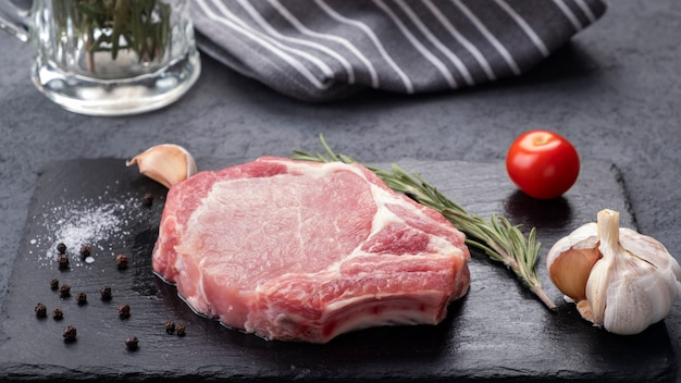 Rauwe varkenskotelet steak specerijen.
