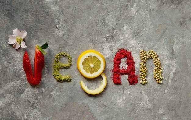 Rauwe veganistische cake met fruit en zaden, versierd met bloemen