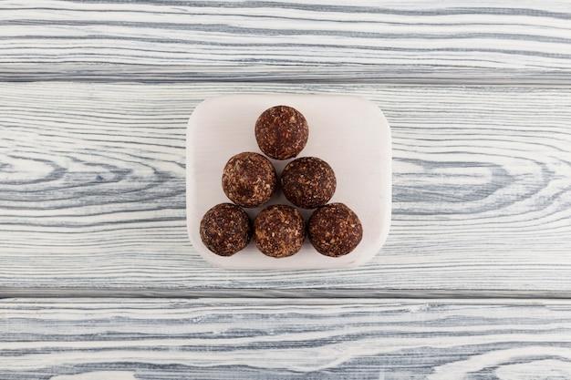 Rauwe veganistische snoepjes. energieballen gemaakt van dadels, noten en gedroogd fruit.
