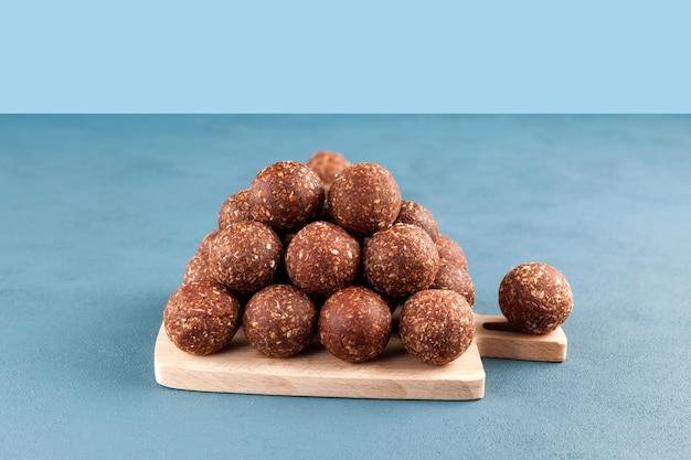 Rauwe veganistische snoepjes, energieballetjes van gedroogd fruit en noten met honing
