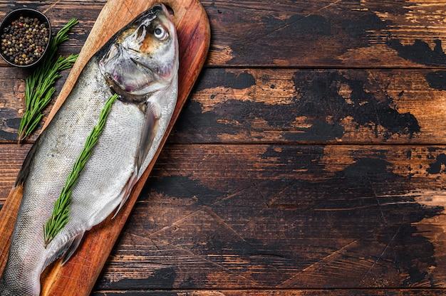 Rauwe verse hele vis zilveren karper. donker. .