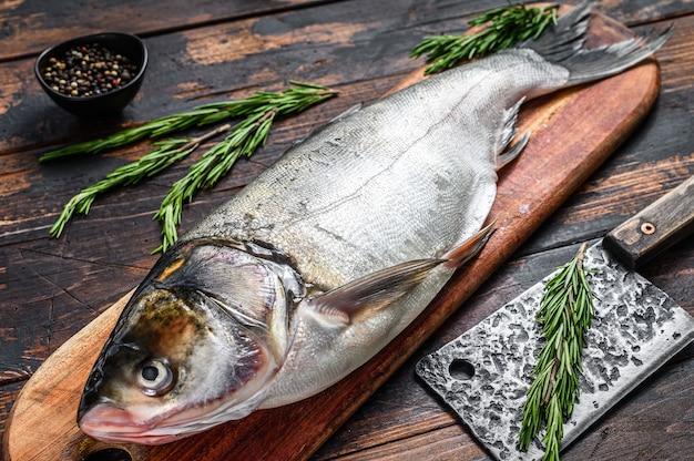 Rauwe verse hele vis zilveren karper
