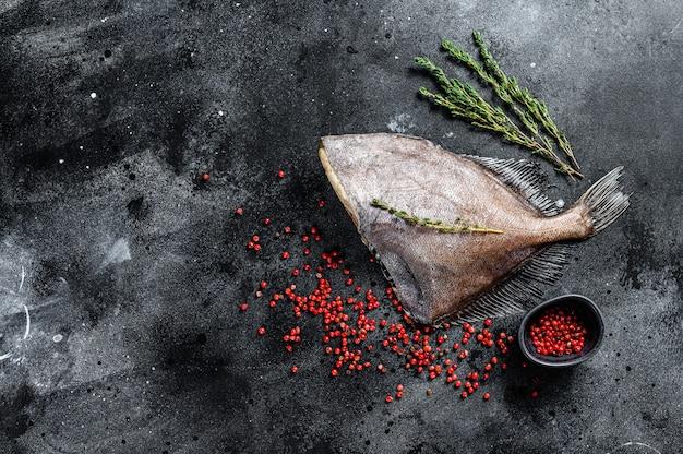 Rauwe vis john dory. zwarte achtergrond