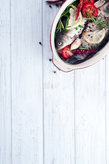 Rauwe vis koken en ingrediënten.