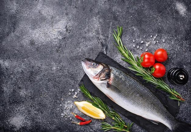 Rauwe vis zeebaars met specerijen