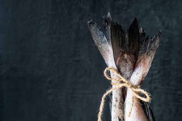 Rauwe visstaarten vastgebonden met touw met strik. selectieve aandacht