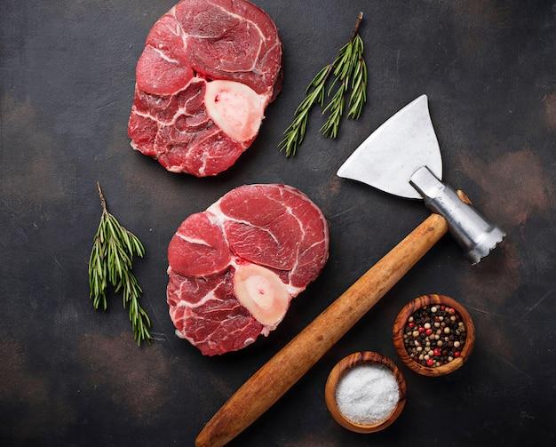 Rauwe vlees osso buco en slagers bijl