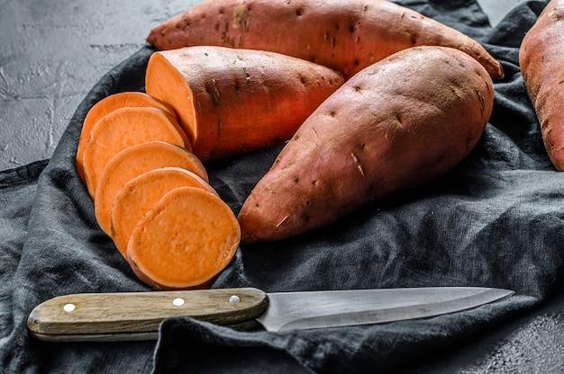 Rauwe yam, biologische batatas. het boerderijvoedsel.