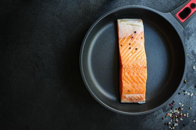 Rauwe zalm stuk vis zeevruchten verse schotel