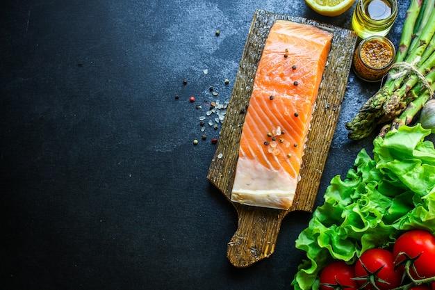 Rauwe zalm vis zeevruchten verse schotel
