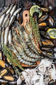 Rauwe zeevruchten tijgergarnalen, garnalen, blauwe mosselen, octopussen, sardines, spiering