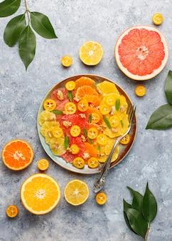 Rauwe zelfgemaakte citrus salade