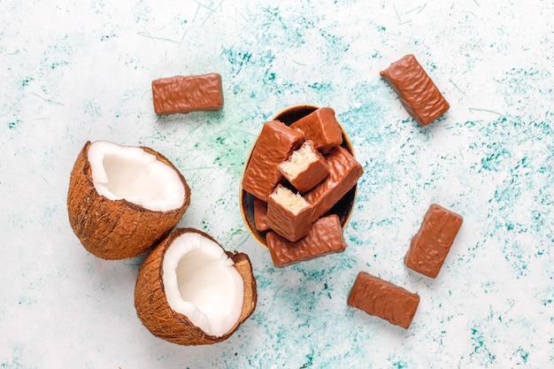 Rauwe zelfgemaakte vegan chocolade chocolade kokos dessert. gezond veganistisch voedselconcept.