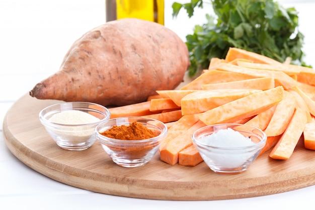 Rauwe zoete aardappelen en specerijen
