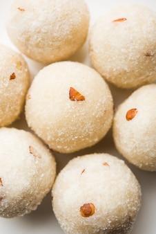 Rava laddu of griesmeel laddoo of rawa ladu, een populair zoet gerecht uit maharashtra, india