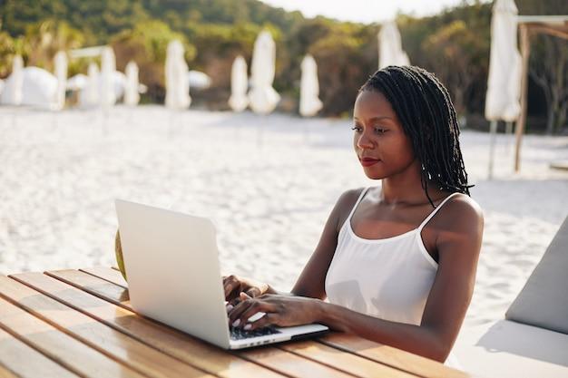 Ravel blogger die op laptop werkt