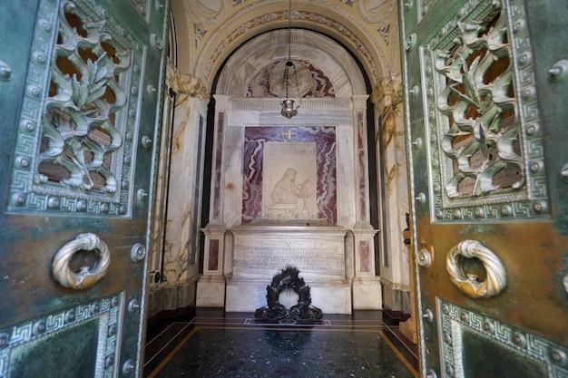 Ravenna, itali - augustus 10, 2021: open deuren van graf van dante alighieri, italiaans dichtergraf in ravenna-viering van 700 jaar na dichterdood