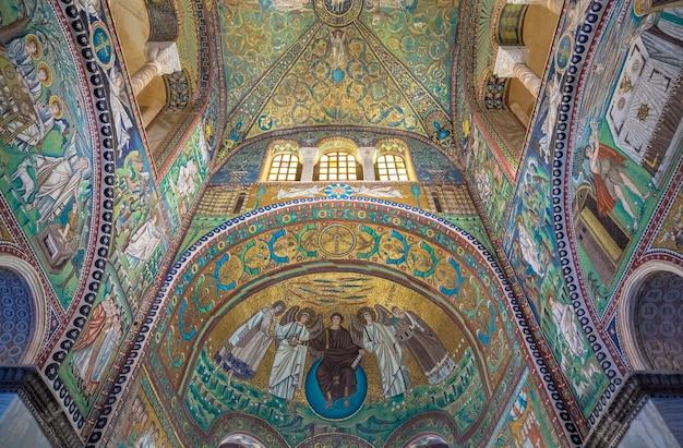 Ravenna, itali - circa augustus 2020: historisch byzantijns mozaïek in de basiliek van saint vitale