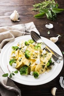 Ravioli met geitenkaas, broccoli en kruiden