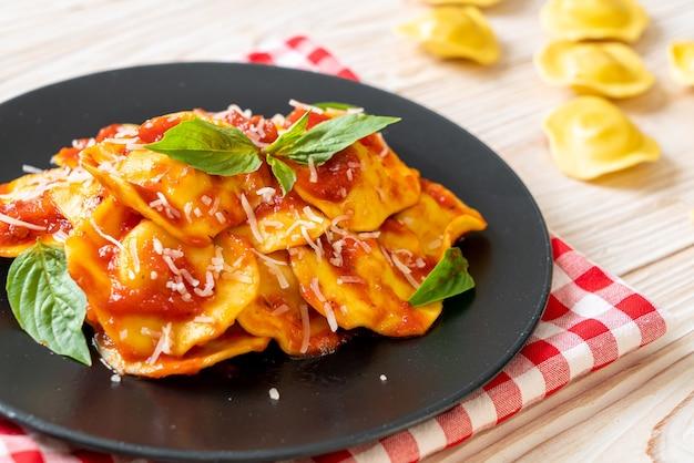 Ravioli met tomatensaus en basilicum - italiaanse eetstijl