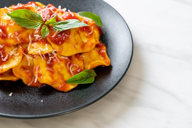 Ravioli met tomatensaus en basilicum - italian food style