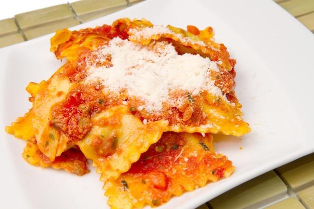 Ravioli met tomatensaus