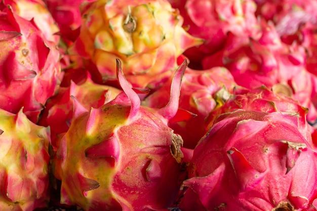 Raw pitaya in boerderij of supermarkt. de draakvruchten sluiten omhoog.
