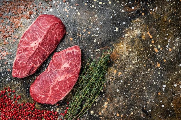 Raw shoulder top blade-bezuinigingen, rundvleeslapjes vlees. bovenaanzicht.