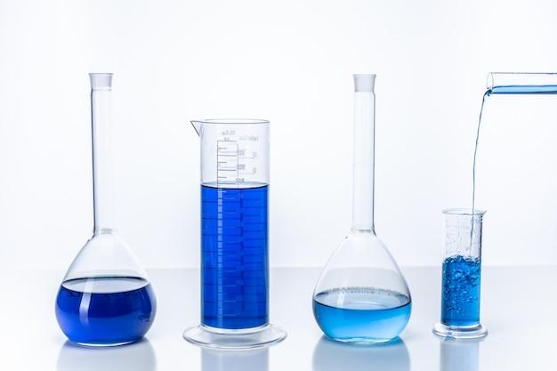 Reageerbuis en kolf met blauwe vloeistof. chemie en laboratorium concept.