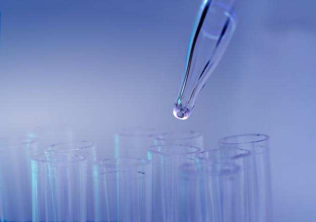 Reageerbuis in het laboratorium op een blauwe achtergrond