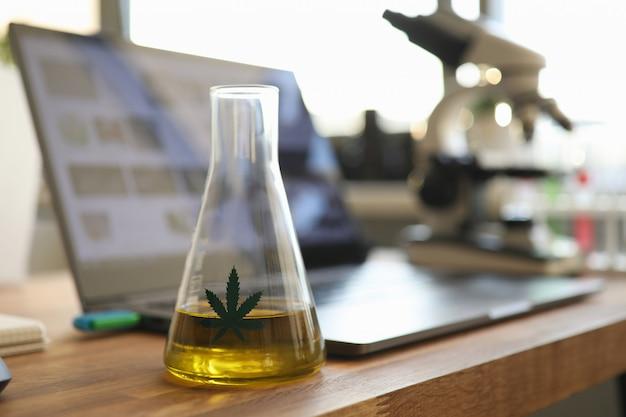 Reageerbuis met gele cbd olie in chemisrtry lab