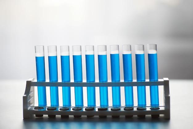 Reageerbuis van glas loopt over nieuwe vloeibare oplossing kaliumblauw voert een analysereactie uit neemt verschillende versies reagentia met behulp van chemische farmaceutica kankerproductie.