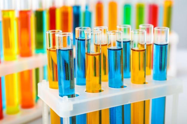 Reageerbuisjes met kleurrijke monsters in laboratorium, close-up