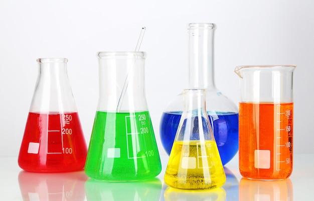 Reageerbuisjes met kleurrijke vloeistoffen geïsoleerd op wit